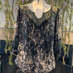 Gimmicks by BKE black lace accents BOHO top S